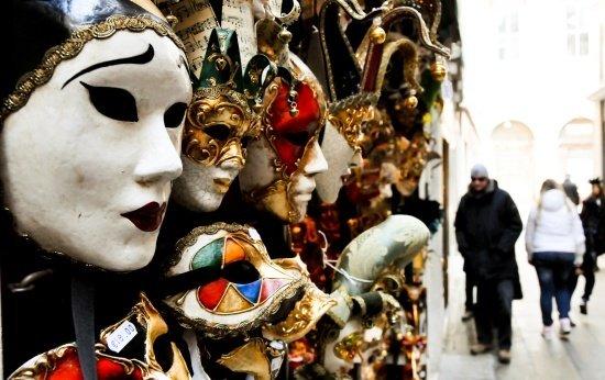 Vitrine com máscaras de carnaval venezianas expostas. Crédito: Giorgio Minguzzi