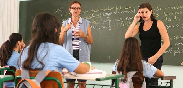 Marilda Dutra, professora de Geografia, e Marcia Maisa Leite Buss, intérprete, da EE Nossa Senhora da Conceição, e seus alunos em sala de aula. Foto: Eduardo Marques
