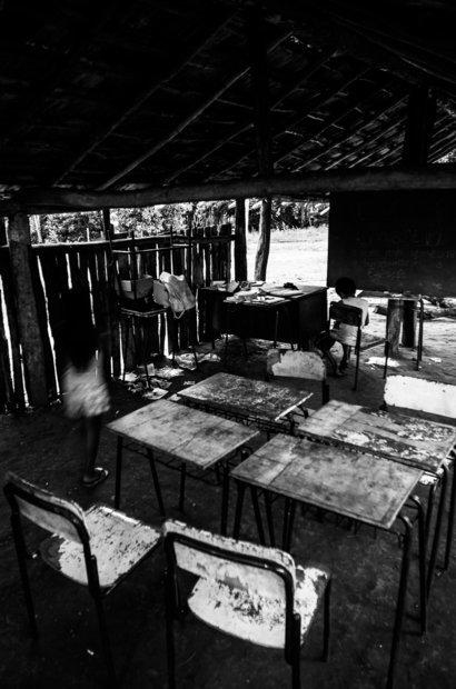 Por causa da infraestrutura precária, as aulas sobre elementos da cultura guarani dependem das condições climáticas para acontecer. Nesse espaço, estudam 32 alunos. Apenas 15 deles estão matriculados também em escolas regulares na cidade, a que têm direito por lei. Foto: Marcelo Almeida