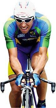 Murilo Fischer, 66 kg, 1,70 m, mostra concentração: o esforço, aliado à tecnologia dos acessórios, da roupa e da bicicleta, faz o atleta se superar na prova de estrada. Foto: Wander Roberto/COB