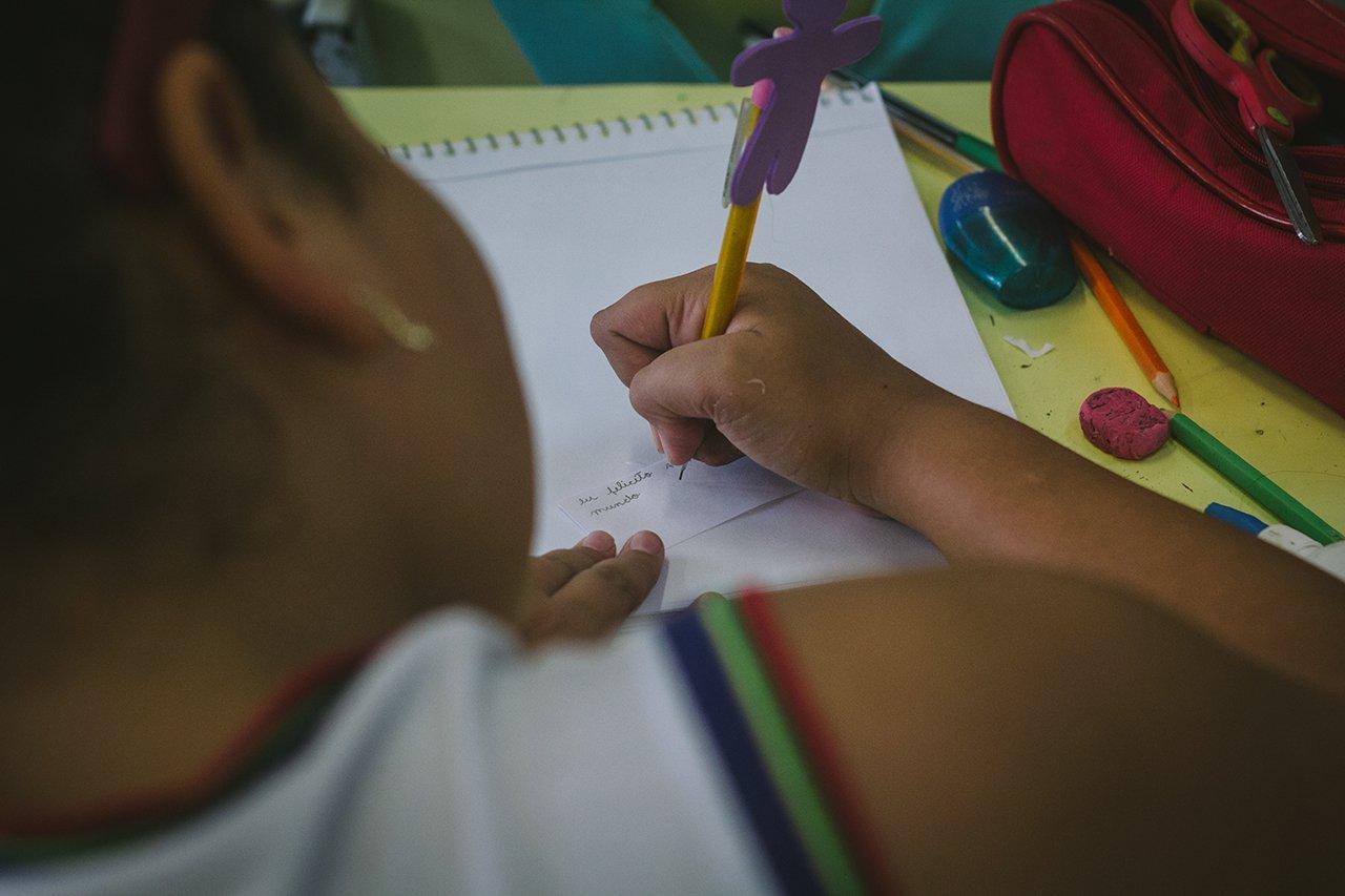 Crianças depositam suas felicitações e críticas em potes na EMEF Francisco Cardona, Artur Nogueira (SP)