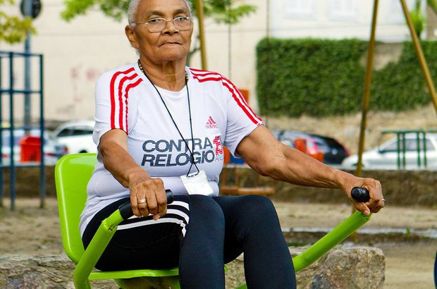 Ao simular o movimento feito para remar - puxando as hastes do aparelho para trás -, a aluna Lindalva Pereira da Silva Figueiredo, 68 anos, fortaleceu a musculatura das costas e dos ombros. Fernando Frazão