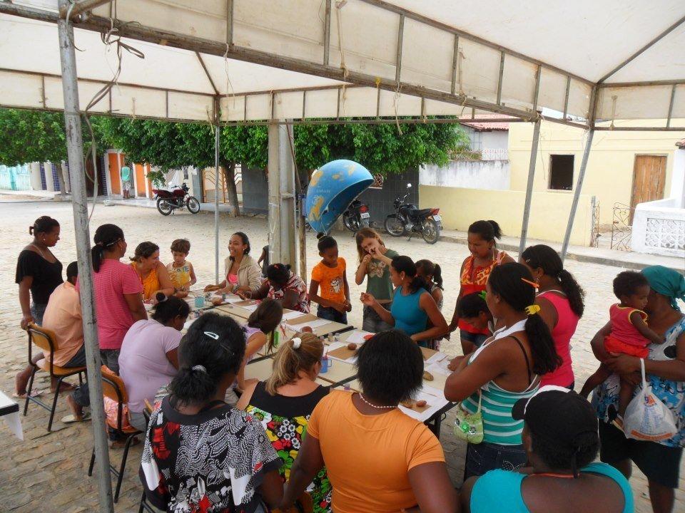 Comunidade reunida na escola da professora Janaina Santos