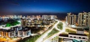 Vista aérea noturna do bairro Ponta do Farol, em São Luis (MA).