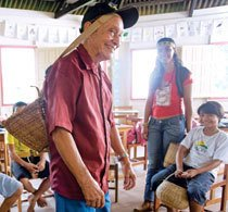 Os índios mais velhos vão à escola para ensinar alunos e professores como eram feitos os artesanatos. Foto: Marina Piedade