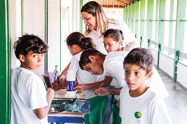 A professora Suzane orienta o 4º ano em uma atividade com maquetes de relevo. André Menezes
