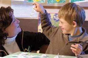 Ígor tem espaço para desenvolver suas melhores habilidades na escola: ao mesmo tempo que treina oralidade por meio da leitura e da contação de histórias, mostra-se fera na associação de imagens exigida em jogos de memória. Foto: Gustavo Lourenção