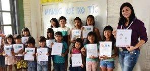 Foto da professora Elisângela Dell-Armelina Suruí com seus alunos em escola indígena