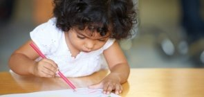 Criança em aula de Educação Infantil