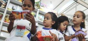 Crianças com livros na Feira do Livro
