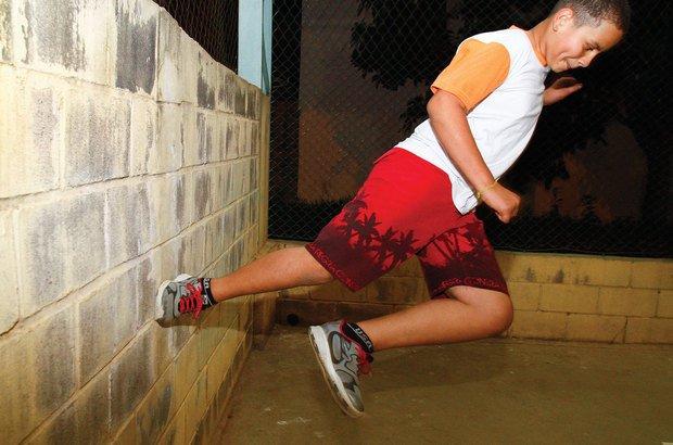 Tic tac: o aluno utiliza uma parede para impulsionar o corpo em outra direção. Joyce Cury