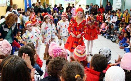 Ângela Baasch, deficiente auditiva, dançando para os alunos da EM Nossa Senhora do Carmo. Foto: Marcelo Almeida