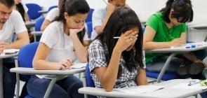 Adultos concentrados fazendo prova