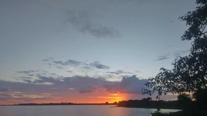 Por do sol no lago que banha Viana, no Maranhão