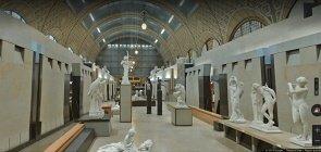 Foto de museu frances. Salão amplo, no centro uma estátua