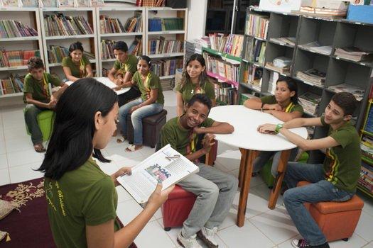 Aos poucos, Antonio conseguiu aproximar os alunos do universo da escrita. A classe começou a frequentar a biblioteca e a tomar gosto pela leitura. Uma das meninas leu para os colegas e, em seguida, eles escolheram livros para levar para casa.
