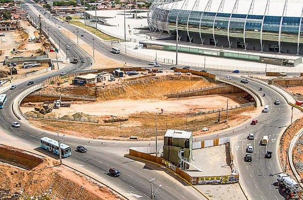 Fortaleza planejou seis obras de mobilidade urbana, entre elas duas estações de metrô e vias expressas. Nas redondezas do Castelão, foram construídos estacionamentos para ônibus, novas avenidas e rotatórias para desobstruir o trânsito do local durante as partidas da Copa.