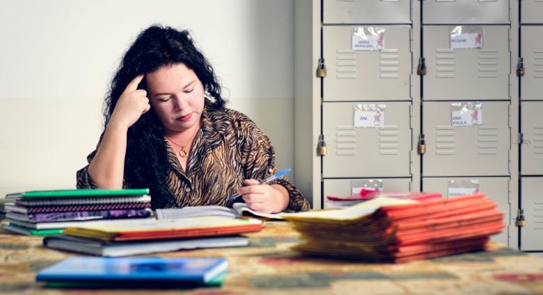 Professora em mesa de trabalho