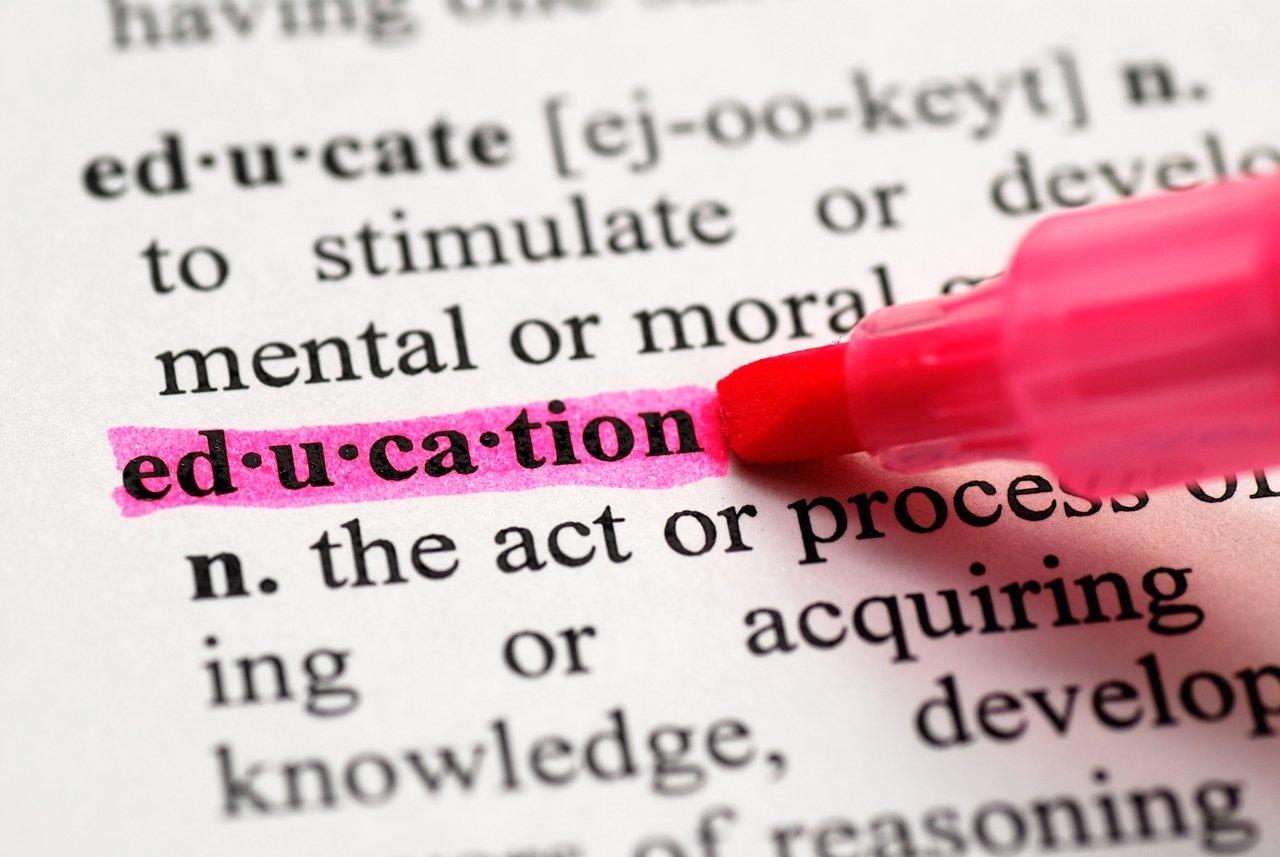 Imagem da palavra education grifada em rosa em um dicionário de inglês