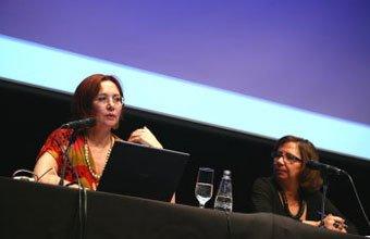 Mirta Castedo (à esq.) trouxe exemplos práticos da produção de texto em sala de aula. Foto: Kriz Knack
