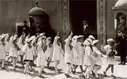 Saudação fascista diante da residência de Mussolini em 1938: escola como privilégio de classe. Foto: HULTON ARCHIVE/Getty Images