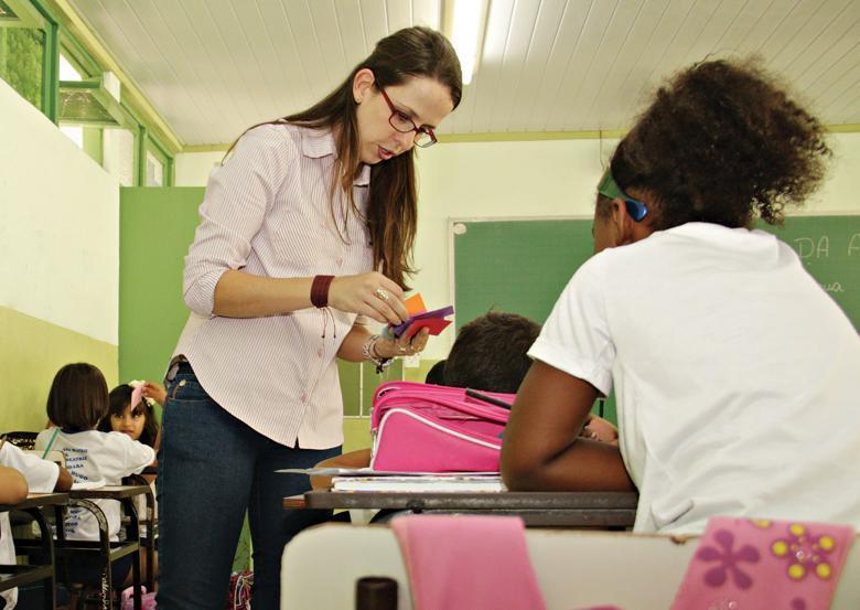 Professora em aula com aluna