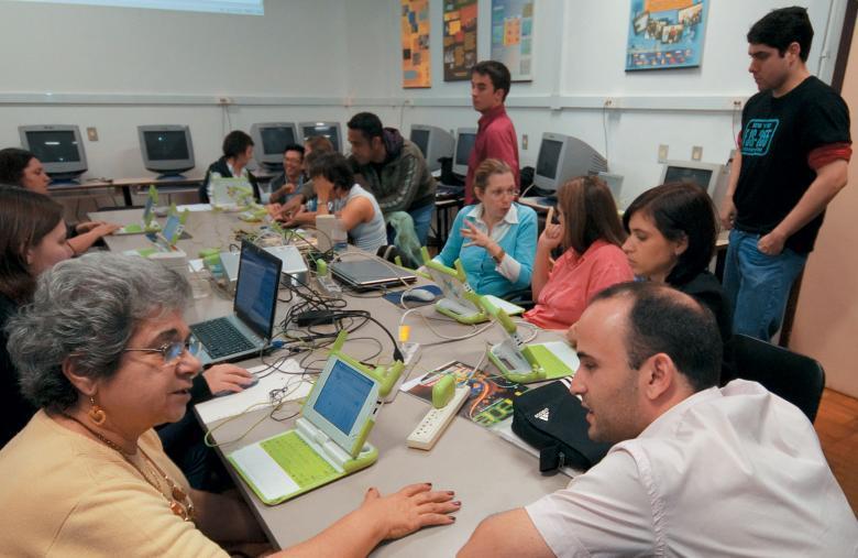 Trabalho colaborativo: educadores da EEEF Luciana de Abreu, na capital gaúcha, usam a tecnologia para melhorar o ensino e a aprendizagem. Foto: Tamires Kopp