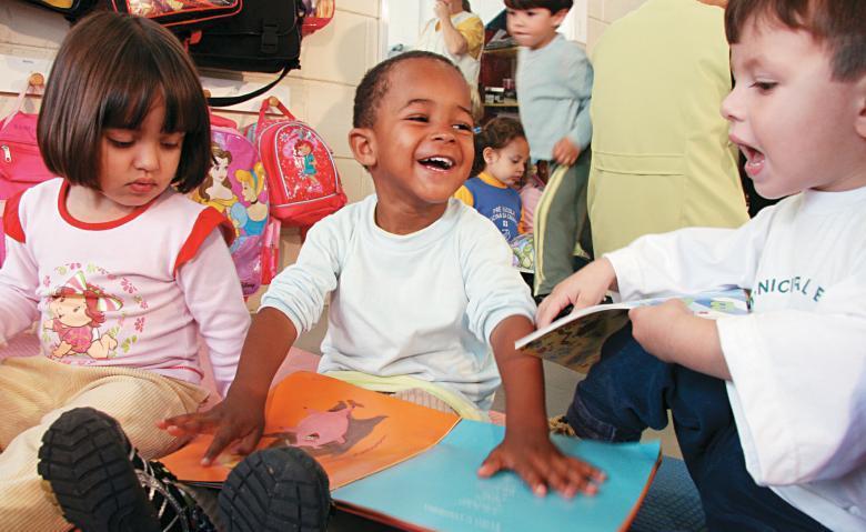 Crianças durante uma atividade de leitura na CEMEI Santa Izabel, em Curitiba: contato com livros transforma os pequenos em ávidos contadores de histórias. Foto: Marcelo Almeida