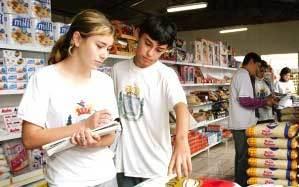 De olho nas ofertas: os estudantes do colégio D. Pedro I, em Pitanga (PR), pesquisaram o preço de 41 itens em vários mercados imposto varia conforme o produto. Foto: Ivan Amorin