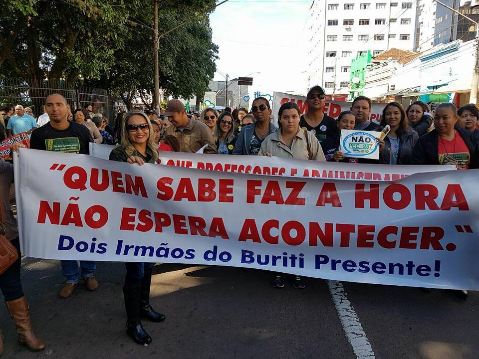 Professores fazem passeada em Campo Grande (MS)