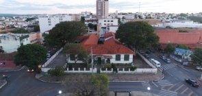Vista aérea de escola municipal na cidade de Arcos, em Minas Gerais