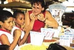 Excursão ao mercado municipal de Aracaju: Loide ensina aos pequenos José Edson e Dayvid quais são os ingredientes dos pratos típicos juninos. Foto: Edson Ruiz