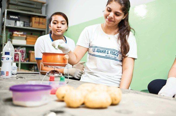 Os alunos viram que é possível produzir o material até com coisas que comemos. Erick Mem