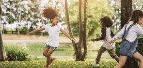 OMS recomenda limitar telas e incentivar brincadeiras