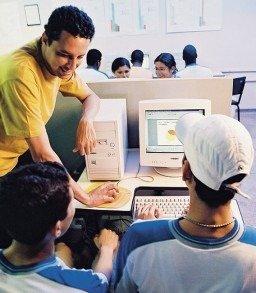 Abmael e estudantes na sala de tecnologia: gráficos indicam o resultado da pesquisa. Foto: Gustavo Lourenção
