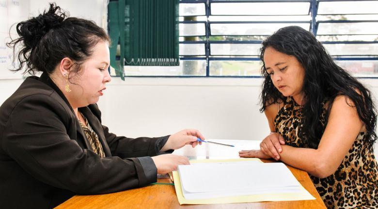 Reunião de professor com mãe de aluno