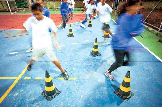 Ao praticar a corrida de obstáculos, os alunos tinham de desviar de barreiras ou pulá-las. Patricia Stavis