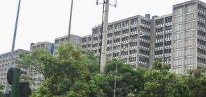 Foto de prédio com árvores na frente