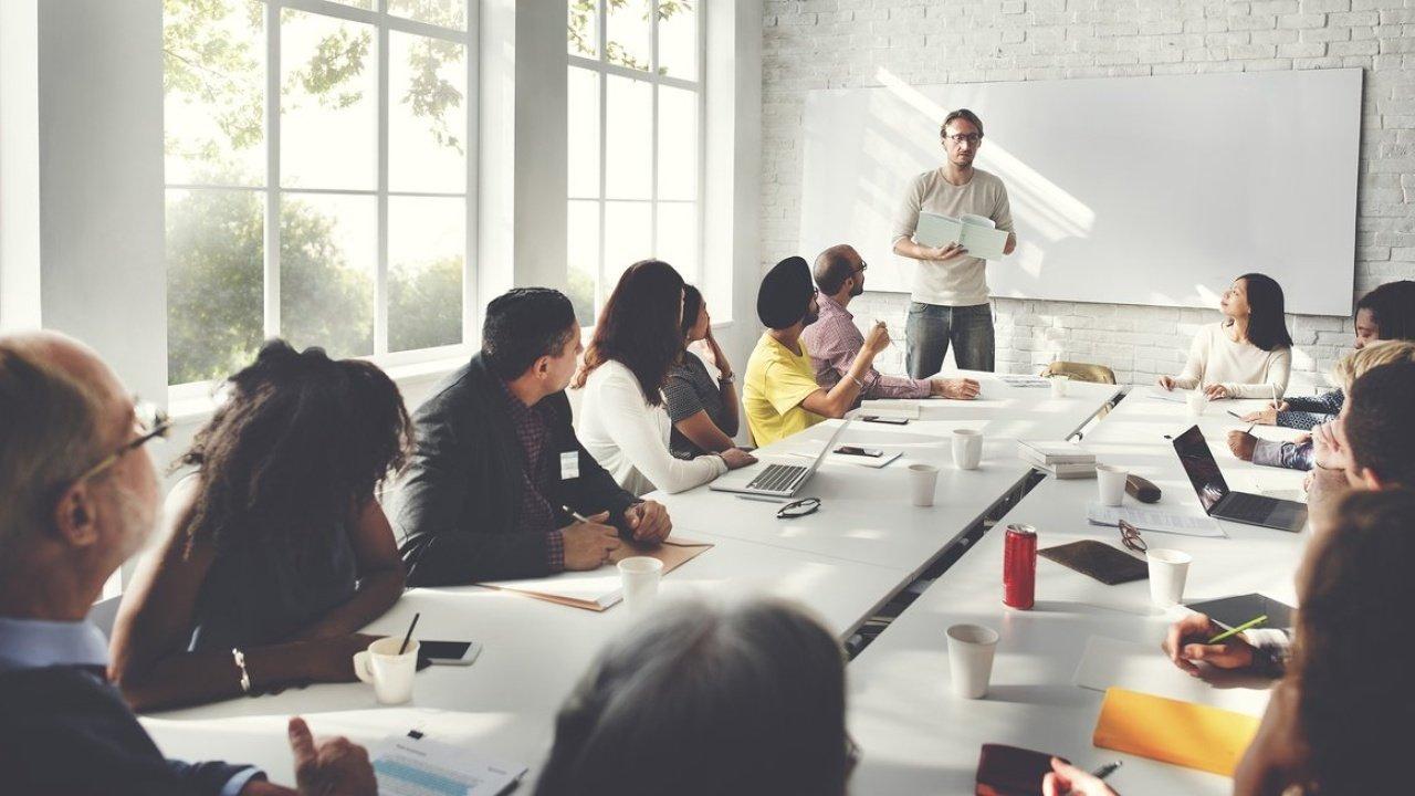 Reunião de planejamento entre gestores e professores para estabelecer plano de ação da escola