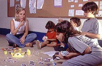Mônica e sua classe, no Max Nordau: horário especial para as crianças trocarem figurinhas e brincarem. Foto: Eduardo Monteiro