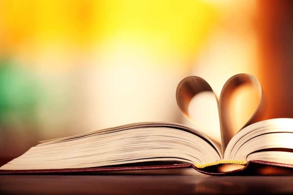 Livro aberto com um coração formado nas páginas