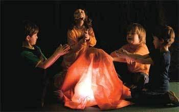 E FEZ-SE A LUZ Para criar uma fogueira, a garotada da Escola Projeto só precisou de um tecido e uma lanterna. Foto: Tamires Kopp