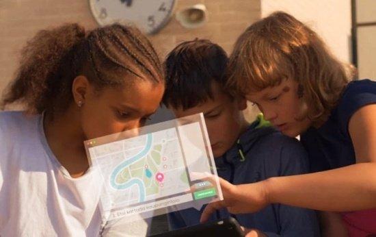 Estudantes jogam em tablet