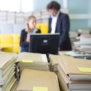 Pilha de documentos: burocracia e falta de organização dificultam gestão