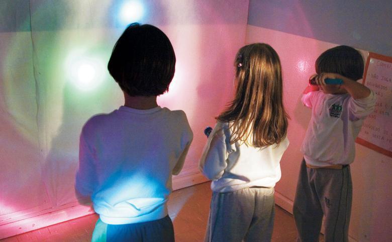 Sombra diferente: lanternas cobertas de papel celofane ou tecido fino enchem a sala de cores. Foto: Fernanda Sá