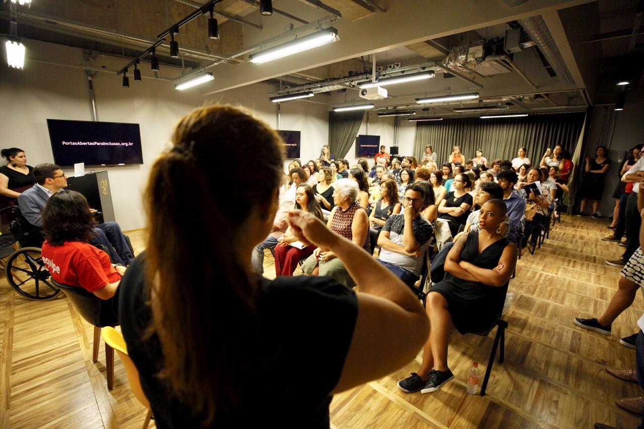 Evento sobre Educação Inclusiva contou com intérprete de Libras