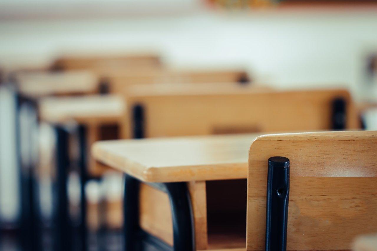 Carteiras vazias em sala de aula