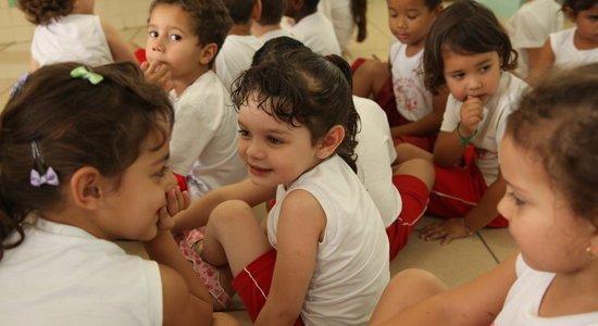 A escola tem um papel fundamental na aquisição da linguagem. O professor sempre deve incentivar os pequenos a participarem de situações comunicativas. Foto: Gabriela Portilho