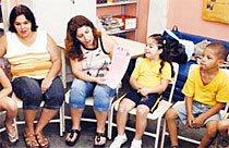Ajudando a ensinar: Rúbia (ao lado da filha Maria Clara) revela a história de sua família para a turma. Foto: Tatiana Cardeal