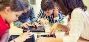 Crianças brincam com jogos online